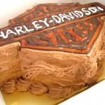 ベルギーチョコレートのクリームで作ったハーレーのロゴケーキ